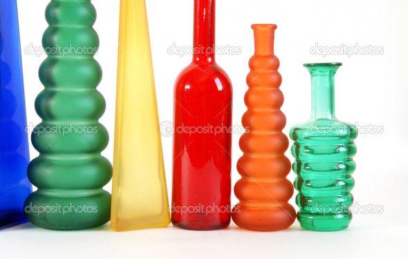 Цветные стеклянные вазы на