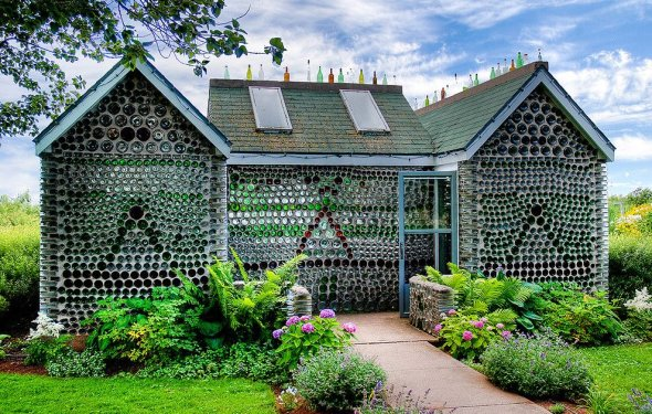 дом из стеклянных бутылок