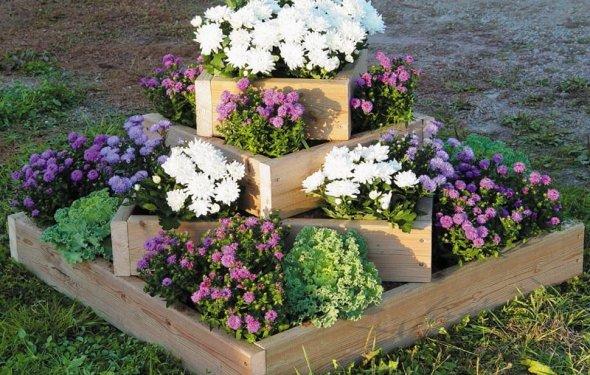 Многоярусный вазон с цветами